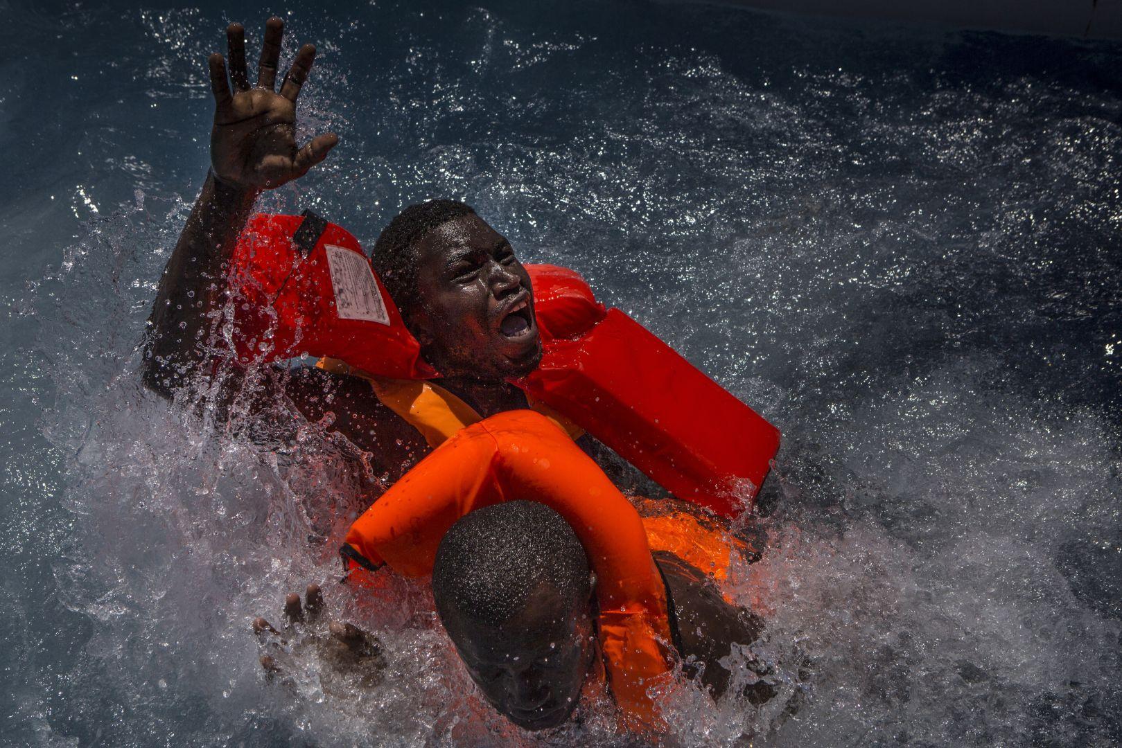 Біженці намагаються втиснутись в човен з більш ніж 500 людьми, біля берегів Лівії.